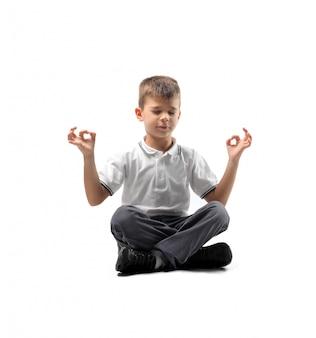 Kleine jongen mediteren