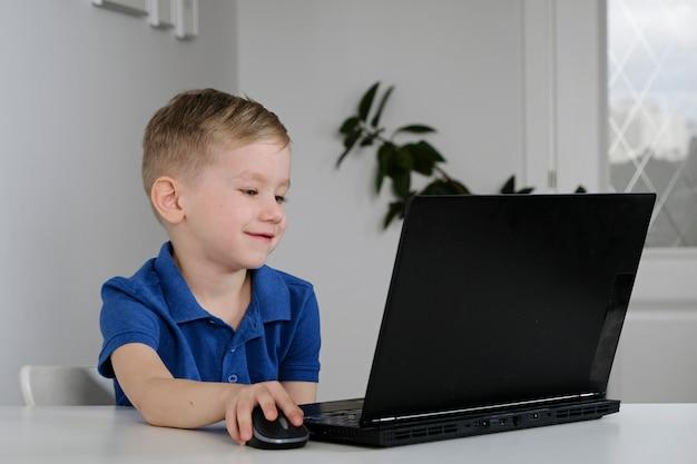 Kleine jongen met behulp van laptop