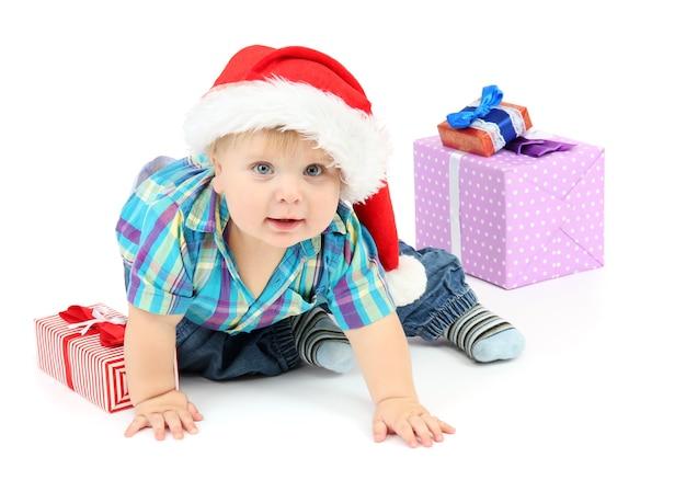 Kleine jongen met cadeau, geïsoleerd op wit