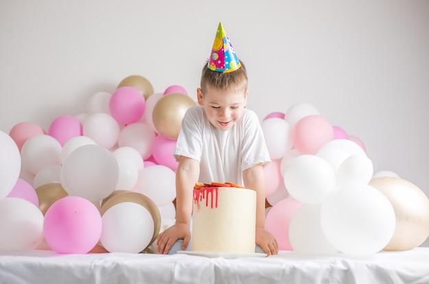 Kleine jongen met cake