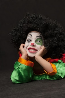 Kleine jongen met clown make-up