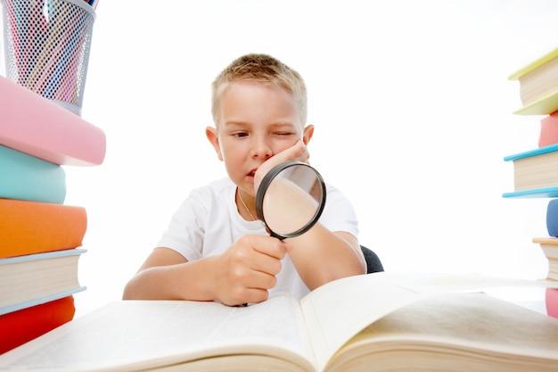 Kleine jongen met een vergrootglas