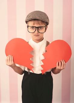 Kleine jongen met gebroken hart