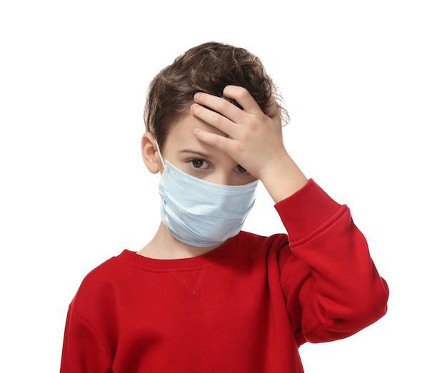 Kleine jongen met griep in gezichtsmasker op witte achtergrond