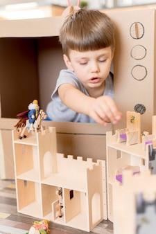 Kleine jongen met houten kasteel