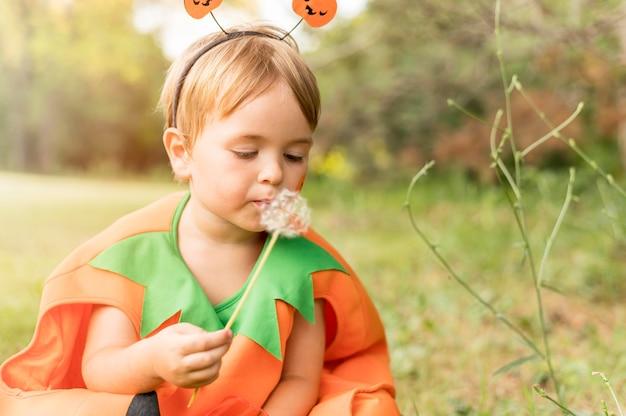 Kleine jongen met kostuum voor halloween