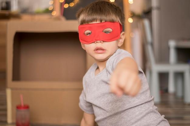 Kleine jongen met masker