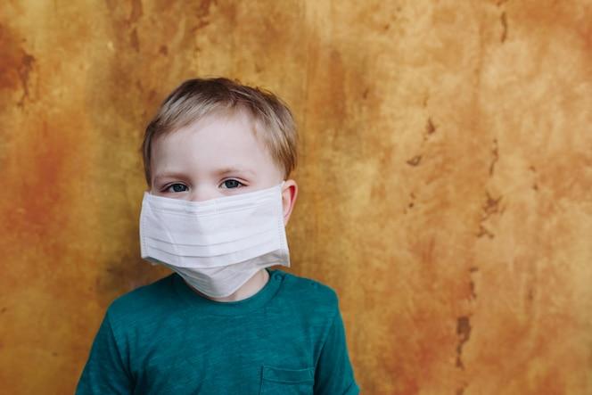 kleine jongen met medische beschermend masker op het gezicht
