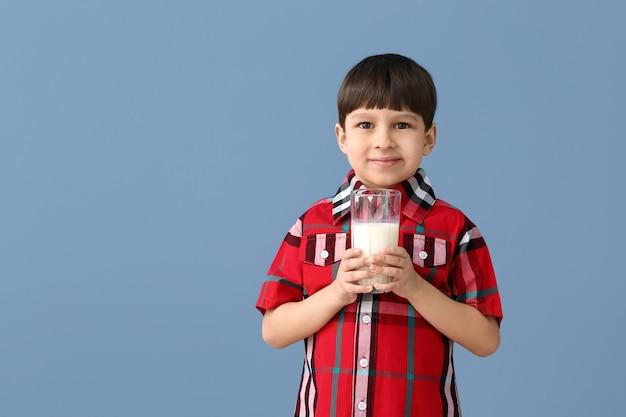 Kleine jongen met melk op kleur