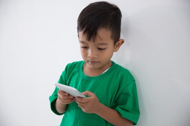 Kleine jongen met mobiele telefoon
