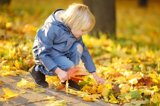 Kleine jongen met plezier tijdens een wandeling in het bos
