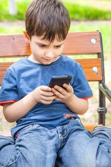 Kleine jongen met smartphone