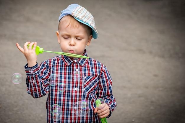 Kleine jongen met zeepbellen