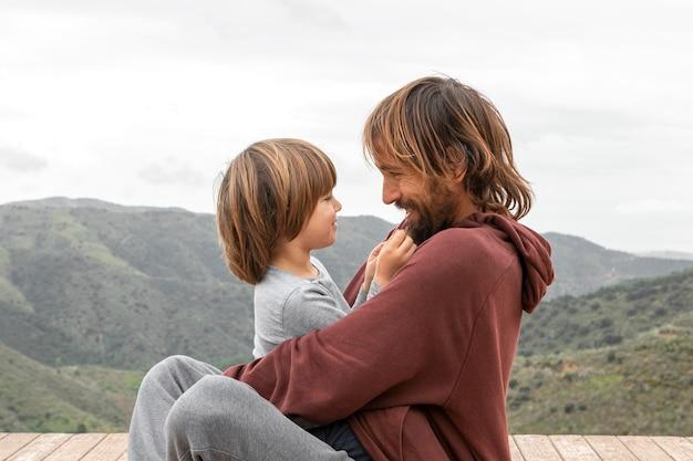 Kleine jongen met zijn vader
