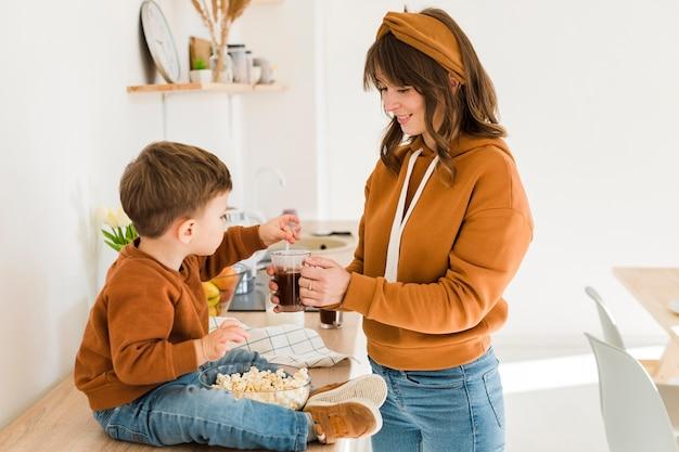 Kleine jongen moeder koffie mengen