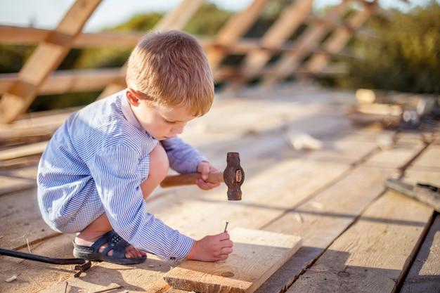 Kleine jongen op de constructie