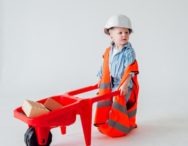Kleine jongen op de witte muur. bouw