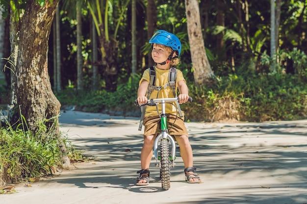 Kleine jongen op een fiets