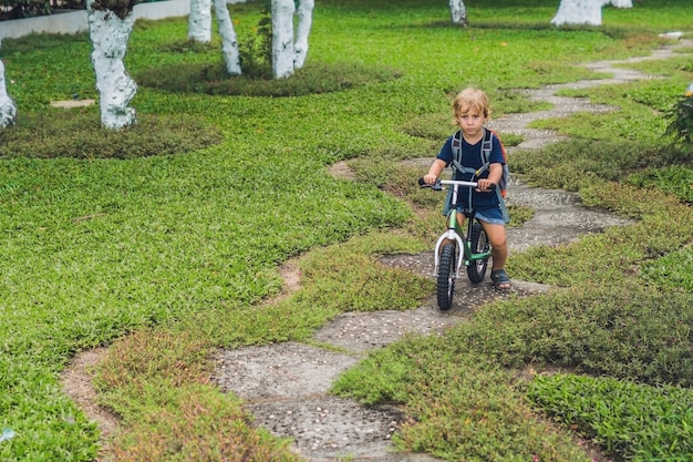 Kleine jongen op een loopfiets
