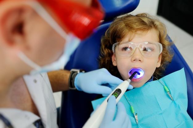 Kleine jongen op een receptie bij de tandarts