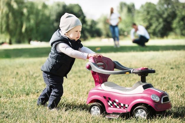 Kleine jongen op een wandeling in het park op een lentedag. het concept van actieve recreatie