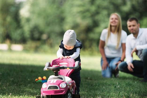 Kleine jongen op een wandeling met zijn ouders. foto met ruimte voor tekst