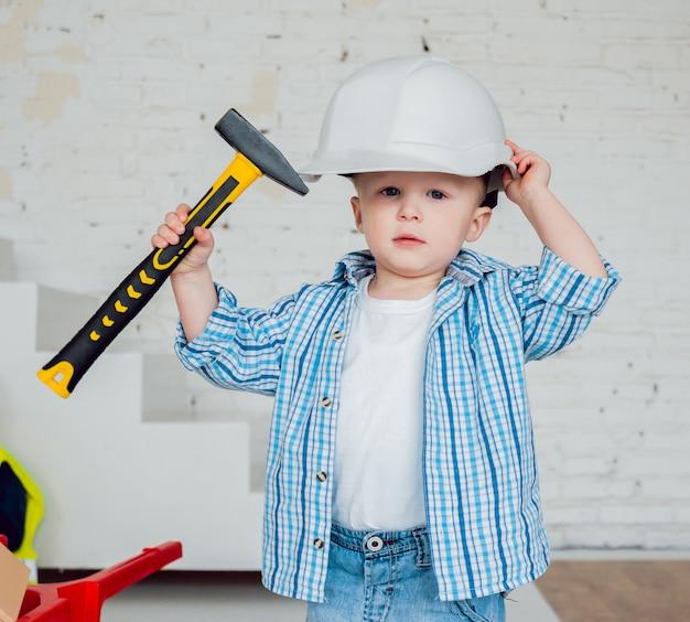 Kleine jongen op het witte landschap. bouw
