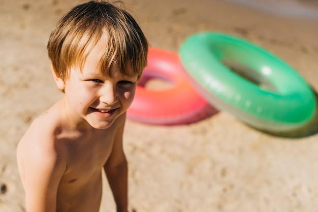 Kleine jongen op zanderige kust