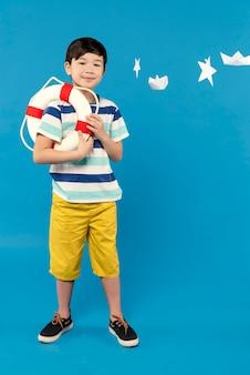 Kleine jongen plezier in een zomer instelling studio
