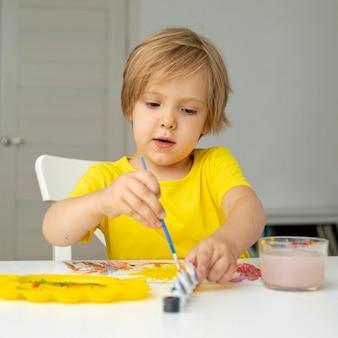 Kleine jongen schilderen