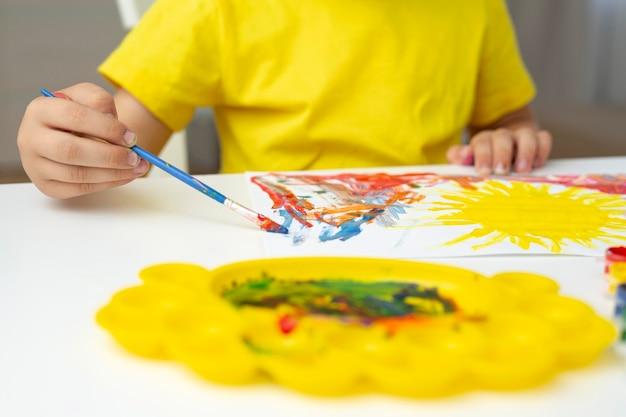 Kleine jongen schilderij close-up