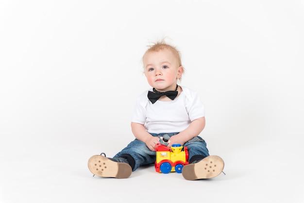 Kleine jongen speelt met een trein speelgoed