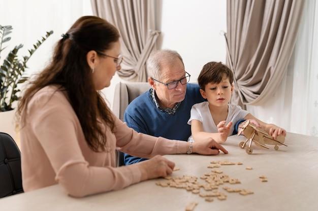 Kleine jongen speelt met zijn grootouders