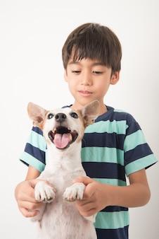 Kleine jongen speelt met zijn vriend hond jack russel