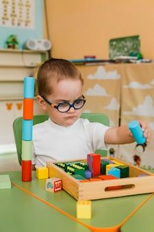 Kleine jongen speelt