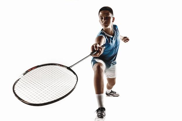 Kleine jongen spelen badminton geïsoleerd op witte studio background