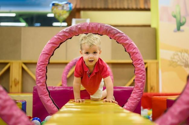 Kleine jongen spelen in de speeltuin