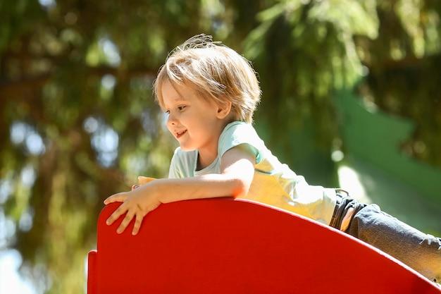 Kleine jongen spelen in park