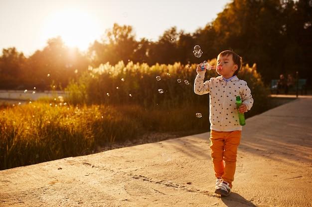 Kleine jongen spelen met zeepbellen