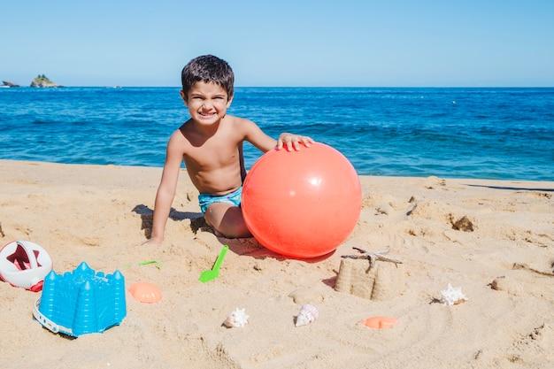 Kleine jongen spelen op het strand