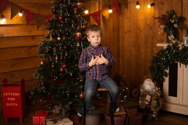Kleine jongen thuis. nieuwjaar, winter en vakantie seizoenen concept.