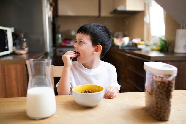 Kleine jongen thuis ontbijten