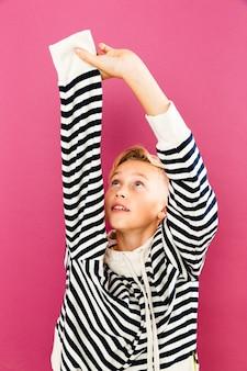 Kleine jongen uitkleden van hoodie