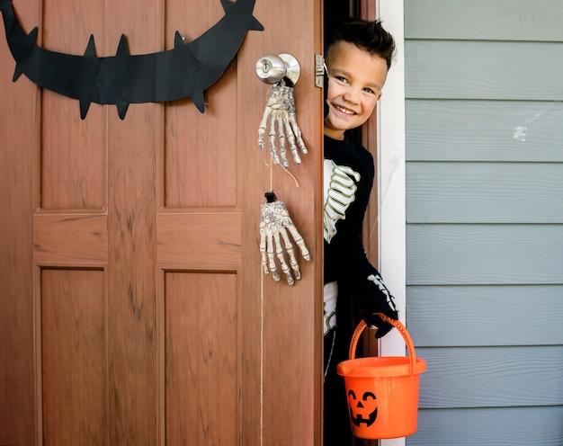 Kleine jongen verkleed voor halloween