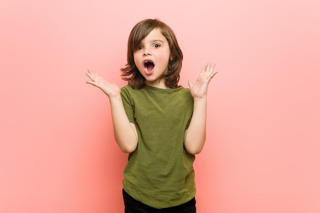 Kleine jongen verrast en geschokt.