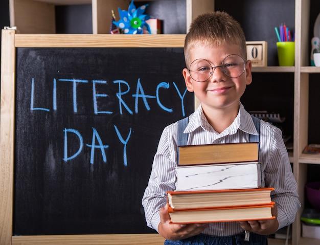 Kleine jongen verzamelt schoolrugzak naar school