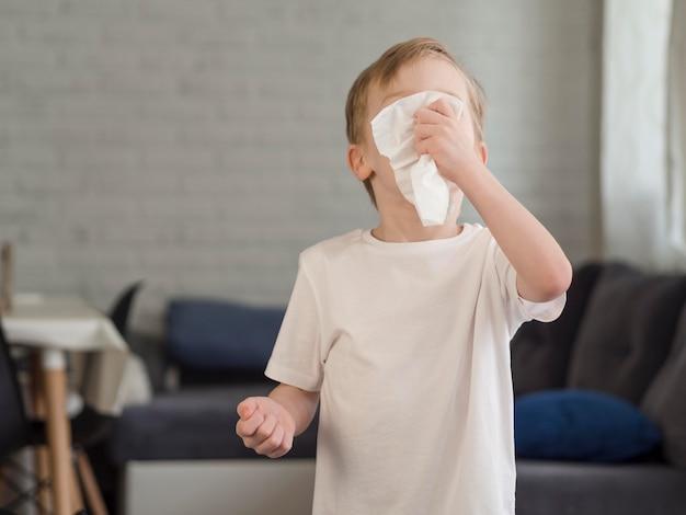 Kleine jongen waait neus