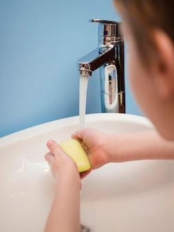 Kleine jongen wassen met zeep