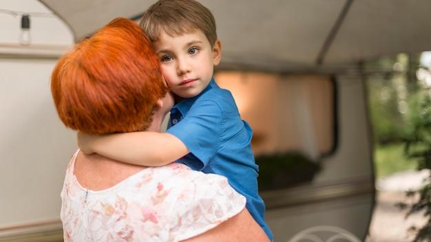 Kleine jongen zijn grootmoeder knuffelen