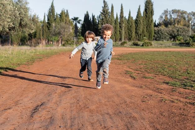 Kleine jongens buiten rennen